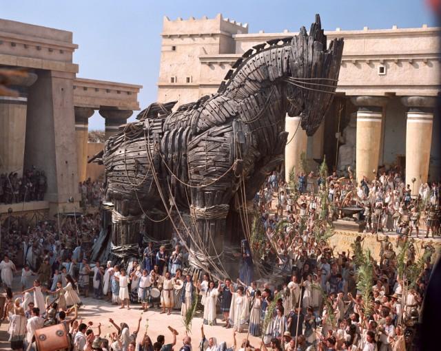 Por una mujer bella los hombres han urdido muchos caballos de Troya.